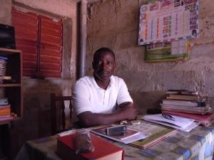 Lang leve de poetsvrouw. Straks ziet mijn bureau er vast net zo netjes uit als deze van een Beninese schooldirecteur.